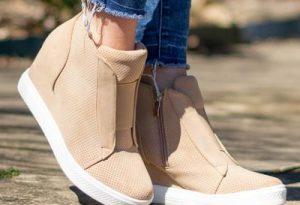 Wedge sneaker verandert in zomerschoen
